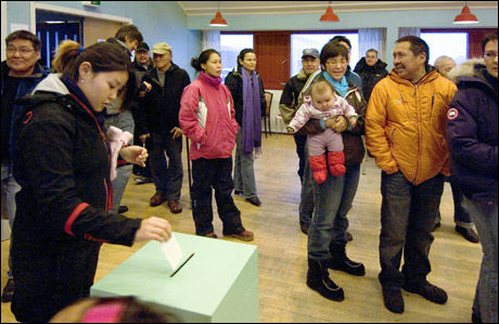 NÆRMERE SELVSTYRE: 72 prosent av de 39.000 stemmeberettigede på Grønland møtte opp for å stemme om økt selvstyre. Foto: SCANPIX