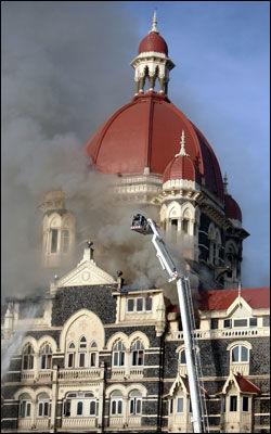 I BRANN: Det begynte å brenne i luksushotellet Taj Mahal Palace torsdag da indiske soldater frigjorde gisler fra bevæpnede terrorister. Foto: Reuters