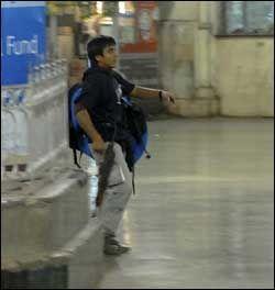 HER ANGRIPER DE: En av terroristene på togstasjoenn i Mumbai, India under terroangrepet i går. Foto: AP