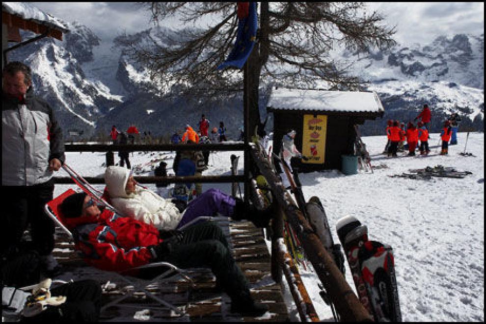 SKITUR? Ikke alle tar gondolen opp i fjellet for å stå på ski. Mange nøyer seg med å besøke en av restaurantene i bakken, og slappe av i en solstol på terrassen. Foto: Tore Kristiansen