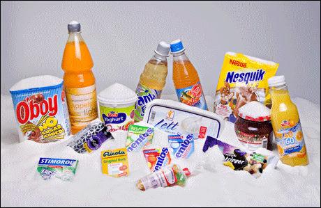 SUKKERTRØBBEL: Bildet viser en rekke produkter som mattilsynet har gjennomgått på grunn av sukkerpåstander på pakken som har vært misvisende, eller vil være det etter innføringen av nye regler. Ikke alle produktene inneholder kunstig søtning. Illustrasjonsfoto: Eivind Griffith Brænde