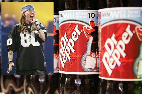 RASENDE: Axl Rose (innfelt) er ikke særlig fornøyd med Dr. Pepper om dagen. Foto: AP