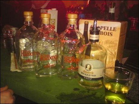 PÅ BORDET: Flere flasker med sprit ble servert VIP-gjestene under årets julegalla i Valhall. Foto: Therese Flåtelien