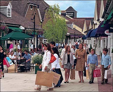 NORD FOR LONDON: Outlet'en Bicester Village en times togtur fra London selger merkevarer med opptil 80 avslag. Foto: Scanpix