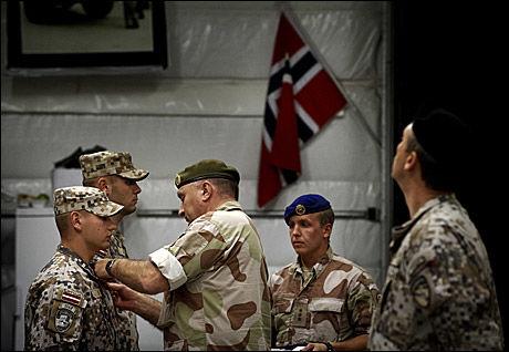 VIL HA ANERKJENNELSE: Forsvarssjef Sverre Diesen deler her ut medalje til de Latviske soldatene som er i samme leir med de norske styrkene i Meymaneh. SV ønsker derimot ikke at norske soldater skal få medalje for sin krigsinnsats. Foto: ESPEN SJØLINGSTAD HOEN