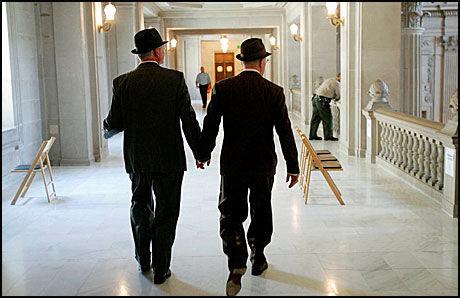 PROTEST: Homofile i California og resten av USA planlegger å aksjonere i morgen for å vise sin protest mot myndighetene som tok fra dem rettigheten til å gifte seg. Foto: AP