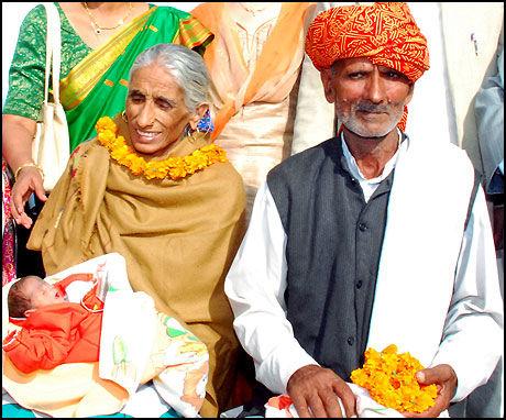 LYKKELIGE FORELDRE: Rajo Devi (70) og mannen Bala Ram (72) har fått sitt første barn. Foto: AFP
