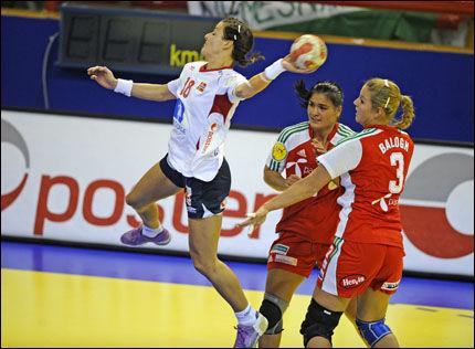 OVER ALT: Linn-Kristin Riegelhuth scorer fra hvor det måtte være. Foto: Bjørn S. Delebekk/VG