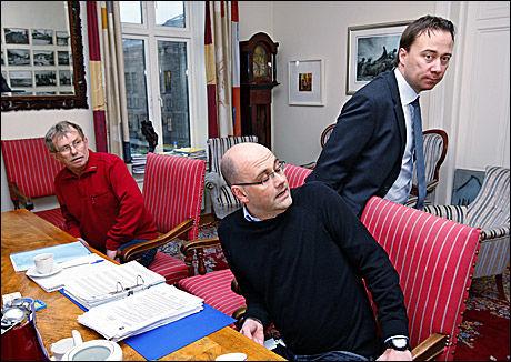 HASTEMØTE: Etter Vgs saker om Tommy Berg innkalte NPE til hastemøte med advokaten hans, Jan Inge Thesen (i midten). Fra NPE kom saksbehandler Åge Andre Nilsen og Lars Kjønniksen (til høyre). Foto: Jan Petter Lynau