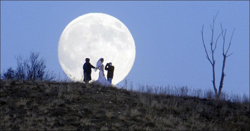 STOR MÅNE: I natt er månen 14 prosent større enn normalt, og større enn den har vært på 15 år. Foto: AP