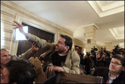 KASTER: Her kaster den irakiske journalisten sko på den amerikanske presidenten under en pressekonferanse. Foto: AP