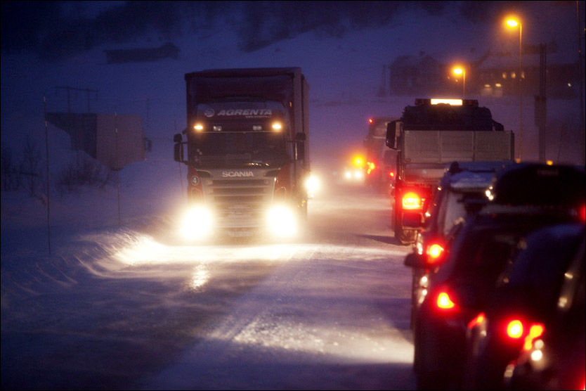 ÅPNET IGJEN: Det var kolonnekjøring over Hemsedalsfjellet i går, men nå er veien åpnet for vanlig ferdsel igjen. Det gjelder også alle de andre fjellovergangene mellom øst og vest. Foto: SCANPIX