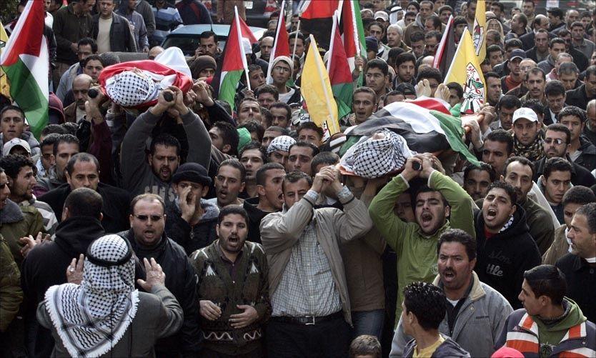 SIVILE DØDE: På tre dager har over 50 sivile mistet livet under stridighetene mellom israel og Hamas. Her bærer palestinske sørgende likene av to ungdommer som er drept av israelske raketter. Foto: AFP PHOTO