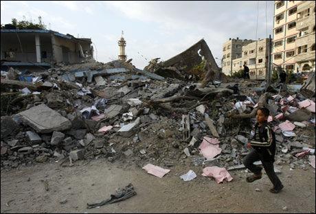BOMBET: De israelske angrepene har forårsaket store skader i Gaza by. Her er restene av en politistasjon i byen. Foto: AFP