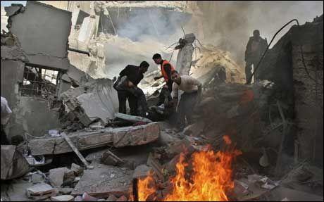 STORE ØDELEGGELSER: Palestinere hjelper en skadet mann etter at fengselet Saraya ble bombet av israelske styrker. FN ber om at kamphandlingene på Gazastripen opphører. Foto: AP