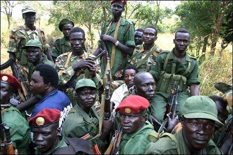 TIL DARFUR? Medlemmer av opprørgruppen den ugandiske Herrens motstandshær (LRA) poserer for fotografen i begynnelsen av desember. Foto: Reuters