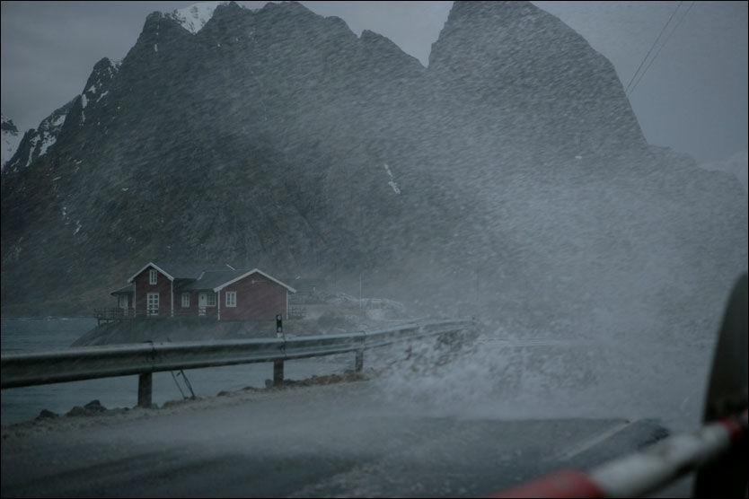 FULL STORM I VENTE: Nyttårsaften vil preges av full storm i store deler av Nordland. Her fra en storm i Lofoten i 2006. Foto: Knut-Ivar Johansen