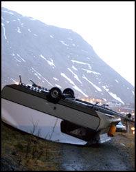 VOLDSOM STORM: Denne campingvogna i Honningsvåg greide ikke å stå imot stormen som herjet kyststrøkene i Vest-Finnmark mandag. Foto: Scanpix