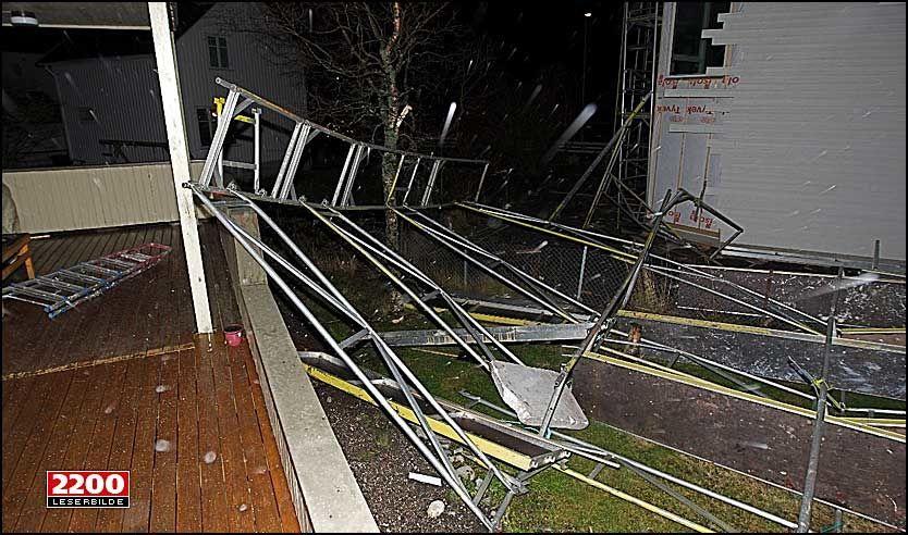 STILLAS OVER VERANDAEN: Morten Christian Dreyer fikk et stillas over gjerdet, hagen og verandaen i løpet av stormnatten i Bodø. Foto: Leserbilde