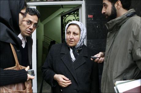 STENGTE DØRENE: Shirin Ebadi snakker til pressen etter at iranske myndigheter søndag stengte kontorene til vinneren av Nobels fredspris fra 2003 rett før en markering av FNs menneskerettighetserklæring. Foto: AP