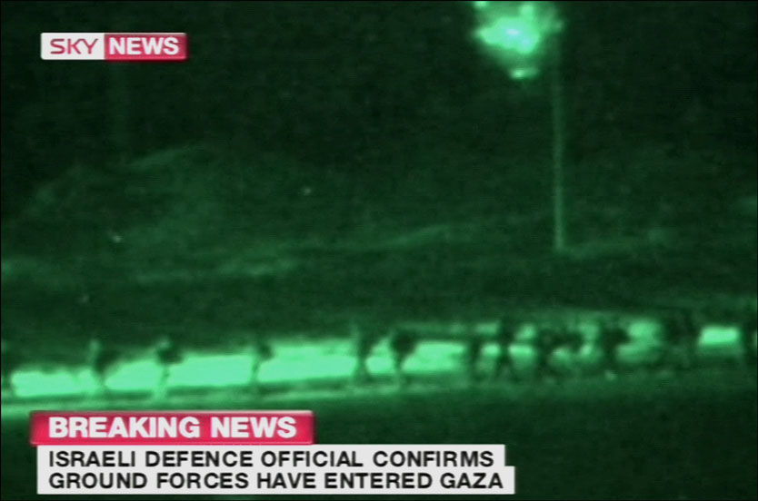 HER GÅR DE INN: Sky News viste lørdag kveld opptak av israelske soldater som går inn i Gaza. Et bakkeangrep har lenge vært fryktet, og nå ser det ut til å være en realitet. Foto: Skjermdump: Sky News