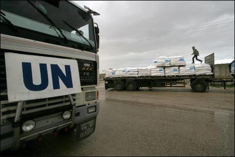PÅ VEI INN: Bildet viser nødhjelp fra FN på vei inn i Gaza. Foto: AFP