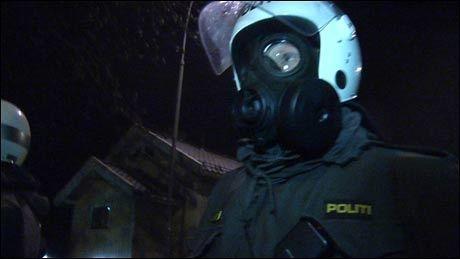 TÅREGASS: Politiet tok i bruk tåregass for å løse opp i opptøyene utenfor den israelske ambassaden søndag kveld. Foto: Marianne Tessem