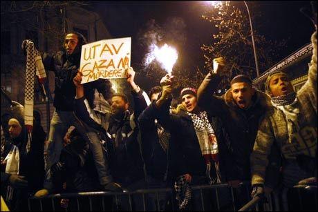 STERKE FØLELSER: Flere hundre personer hadde møtt opp for å demonstrere utenfor den israelske ambassaden. Foto: Scanpix