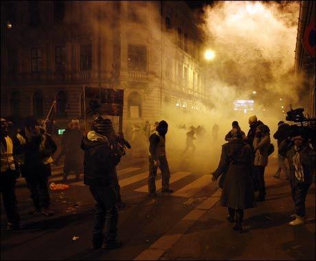 OPPLØST: Opptøyene løste seg opp da politiet tok i bruk tåregass. Foto: Scanpix