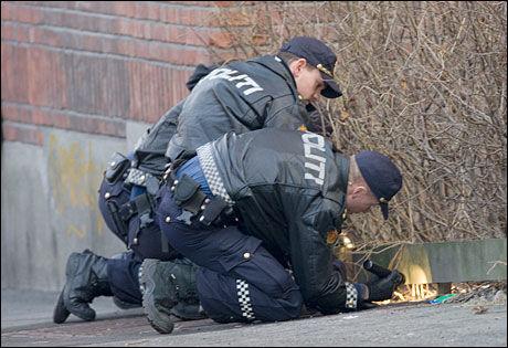LETER ETTER SPOR: Politiet leter etter spor etter skytingen på St. Hanshaugen lørdag. Foto: SCANPIX