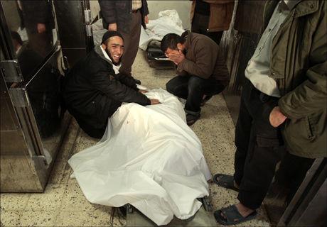 SØRGER: Minst fem personer ble drept i angrepet mot handlestrøket i Gaza søndag. Foto: Reuters