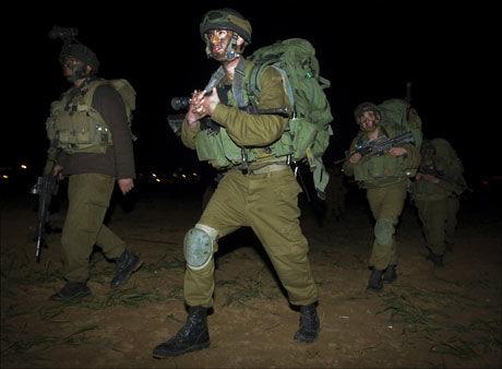HER KOMMER DE: Israelske soldater avbildet under innmarsjen til Gaza lørdag kveld. Foto: AP