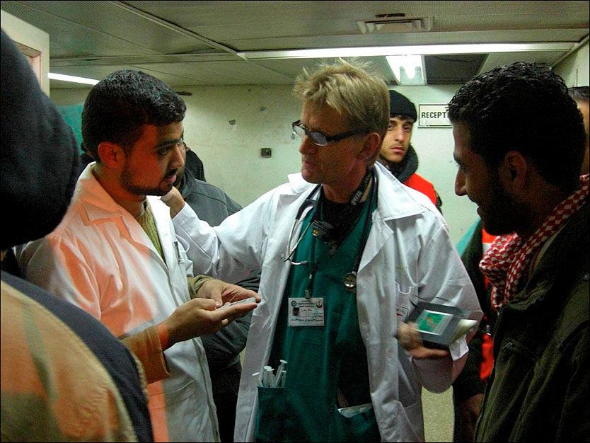 I GAZA: De norske legene Mads Gilbert (bildet) og Erik Fosse jobber på et sykehus i Gaza. Foto: NORWAC 2009