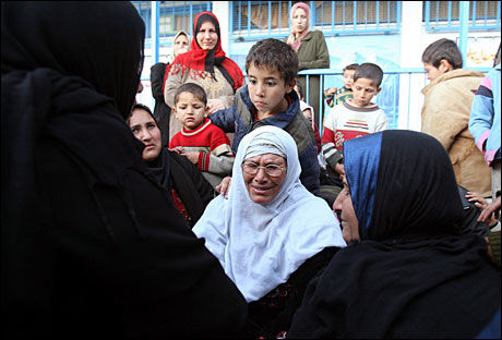 FLYKTER: Palestinske kvinner og barn søkte tirsdag tilflukt ved en skole nord på Gazastripen. Senere på dagen ble skolen beskutt av israelske stridsvogner etter at palestinske militante hadde skutt raketter fra området. Foto: AFP