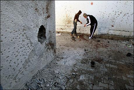 ANGREPET: Palestinere iaktar åstedet etter et israelsk angrep på en FN-skole i Gaza tirsdag. Foto: REUTERS