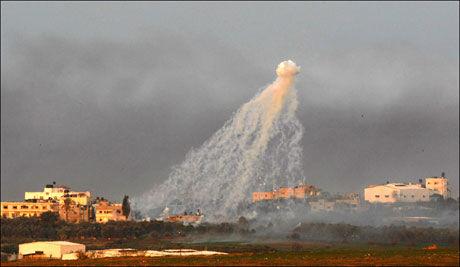 KAMPENE FORTSETTER: En røyksky stiger opp fra Gaza ved solnedgang søndag. Flere palestinske barn skal ha blitt drept under angrepene. Foto: AFP