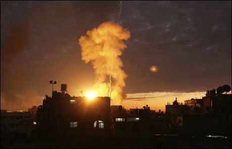 KAMPENE FORTSETTER: Etter en tre timers lang våpenhvile onsdag ettermiddag, fortsatte kampene. Onsdag kveld ble byen Rafah bombet. Foto: AP