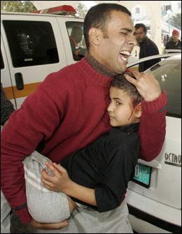 LIDELSER: Sykehusene er fylt til randen med pasienter som trenger livsnødvendig behandling. Så langt er nærmere 700 palestinere bekreftet omkommet, hvorav en tredjedel er barn. Foto: REUTERS