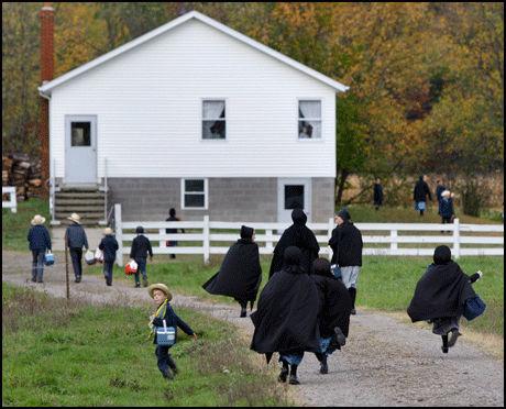 SEKT: Amish-folket lever i et bondesamfunn uten strøm og biler. Foto: AP