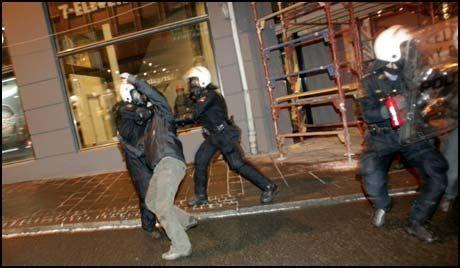 PÅGREPET: Politiet pågrep en rekke demonstranter i Oslo sentrum torsdag kveld. Foto: Scanpix