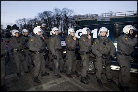 FRYKTER BRÅK: Politiet varsler at de vil ha mange politifolk til stede i dag. Her fra en demonstrasjon utenfor Stortinget tidligere i år. Foto: Scanpix