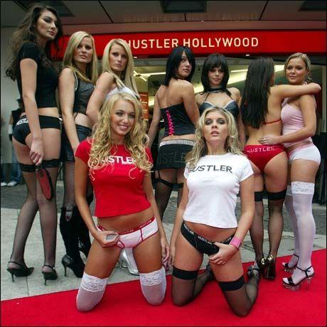 BER OM KRISEPAKKE: Pornoindustrien, her representert ved noen av Larry Flynts medarbeidere, ber om penger fra amerikanske myndigheter. Foto: Reuters