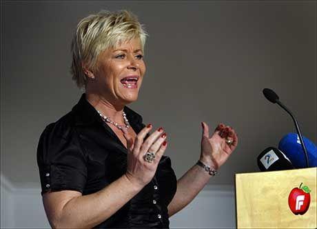 TVETYDIG: Partiformann Siv Jensen i FRP skal først vise sin støtte til Israel, deretter skal hun vise sin støtte til krigens ofre på Gaza. Foto: Erlend Aas/Scanpix