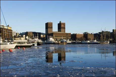 ISEN SMELTER: Nå blir det mildt framover. Denne uken begynte isen å smelte ved Aker Brygge. Foto: Berit Roald / SCANPIX