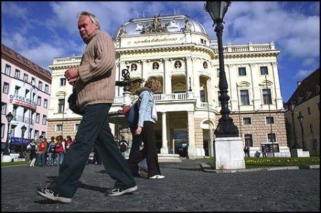BRATISLAVA: Byens nasjonalteater fra 1880-årene, kjent fra James Bond-filmen «The Living Daylight». Foto: Dag Fonbæk Foto:
