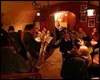 JAZZKNEIPE: Liflige jazztoner trakk oss ned i kjelleren under den danske ambassaden i Panska Ulika. Foto: Dag Fonbæk