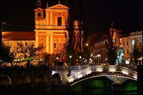 STEMNINGSFULL BY: Ljubljana i kveldsskrud. Trippel-broen og fransiskanerkirken (i bakgrunnen) er to av byens mest kjente landemerker. Foto: Dag Fonbæk