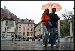 ARM I ARM: Her krysser to av Ljubljanas yngre innbyggere Cobblers Bridge, en av byarkitekt Joze Plecnicks mesterverker med pilarer og klassiske søyler. Foto: Dag Fonbæk