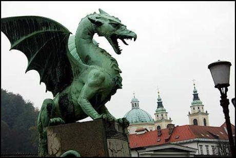 ART NOUVEAU: Bronsedragene vokter Slovenias hovedstad. Foto: Dag Fonbæk Foto: Foto:
