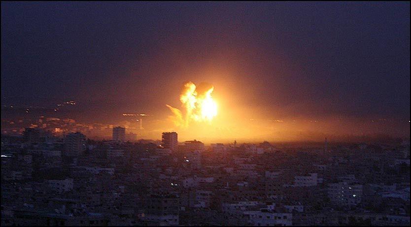 BOMBER: Det bombes stadig over Gaza. Hjelpearbeider lever med stadig frykt. Foto: AFP